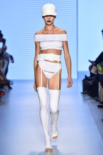 Amir Slama: Recortes, ombro à ombro e branco, fortíssimas tendências