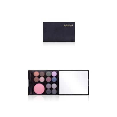 Coleção Fleur Noire: 24h Palette é um estojo pequeno e multifuncional que vem com 12 cores de sombras para os olhos, blush rosado, espelho e dois aplicadores. Fórmula livre de parabenos. Preço sugerido: R$ 59,90